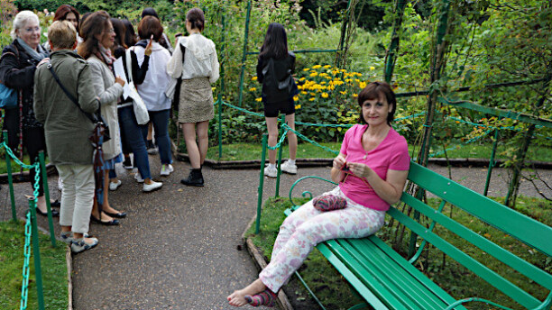 1 Woche Paris (Stadt), Ile de France, Frankreich, nahe dem Seerosenteich von Giverny, Strümpfestricken in den Farben vo