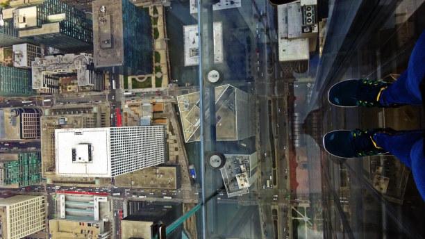 Kurzurlaub Chicago (Stadt), Illinois, USA, Blick durch den Glasboden der Sky-Ledge im Willis Tower.  CHICAGO VON
