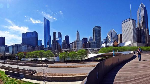 Kurzurlaub Chicago (Stadt), Illinois, USA, Ein Spaziergang über die Brücke des Millenium Parks eröffnet ganz n