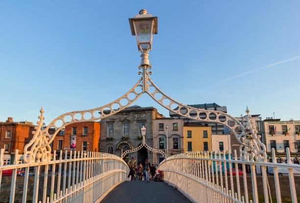 Kurztrip Dublin & Umgebung, Irland, Die Half Penny Bridge ist eines der Wahrzeichen Dublins. Sie verbindet