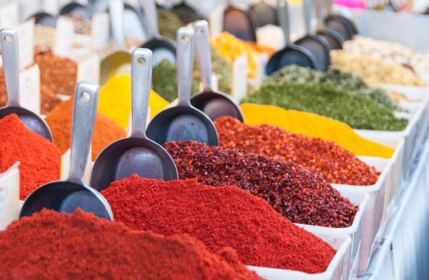 Kurztrip Tel Aviv & Umgebung, Israel, Am Karmel Markt gibt's von Obst und Gemüse über Gewürze bis zu Text