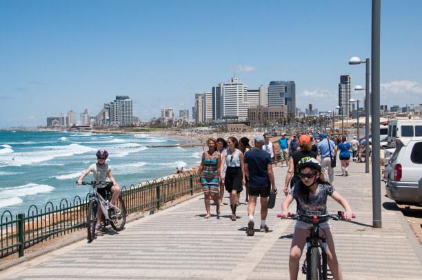 Kurzurlaub Tel Aviv & Umgebung, Israel, Eine kilometerlange Strandpromenade verläuft entlang der Stadt.