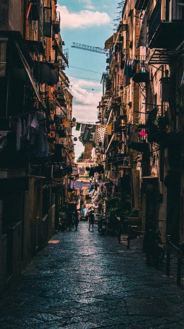 Kurztrip Golf von Neapel, Italien, Neapel besitzt keine Stadtmitte, sondern hat viele große, zentrale Pl