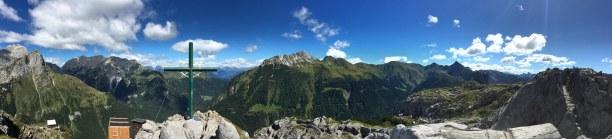 Kurzurlaub Italienische Alpen, Italien, Gipfelkreuz und Überbleibsel des Alpinen-Gebirgskampfes des 1. Weltkr