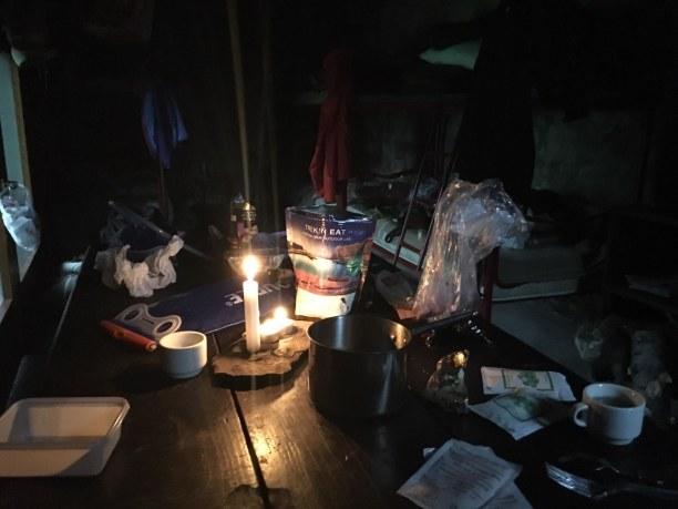 Kurzurlaub Italienische Alpen, Italien, Im Kerzenschein wird Wasser für die Mahlzeiten abgekocht.