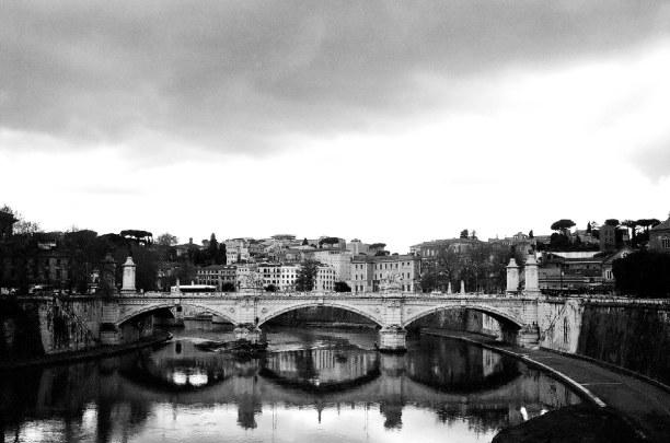 Kurztrip Latium, Italien, Die Engelsbrücke führt über den Tiber auf die Engelsburg zu. Auf ih