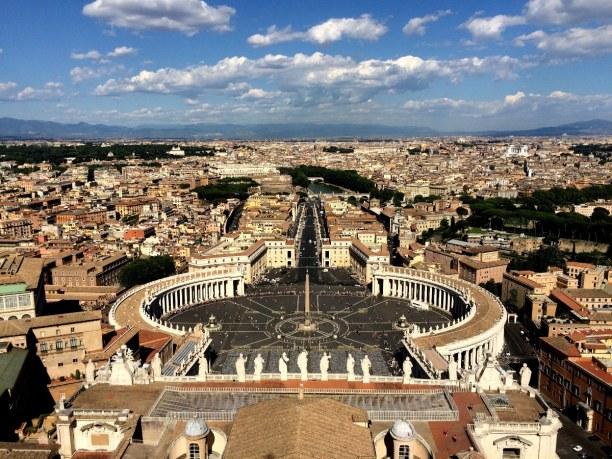 Kurzurlaub Latium, Italien, Der Petersplatz liegt direkt vor dem Petersdom. Ein besonderes Merkmal