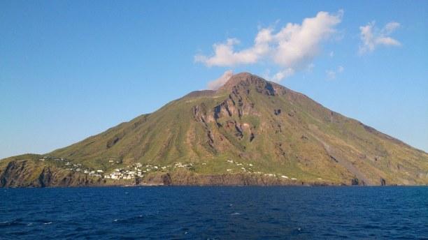 Zwei Wochen Sizilien, Italien, Auf der Insel Stromboli ist der gleichnamige Vulkan. Diesen kannst du