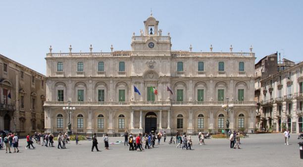 Kurztrip Sizilien, Italien, Ein Stadtbummel durch Catania führt auch über den Universitätsplatz