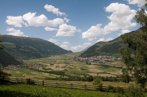 """Kurztrip Trentino-Südtirol, Italien, Von Glurns führt ein Tal in """"Schräglage"""" hinauf zum Reschenpass. Ric"""