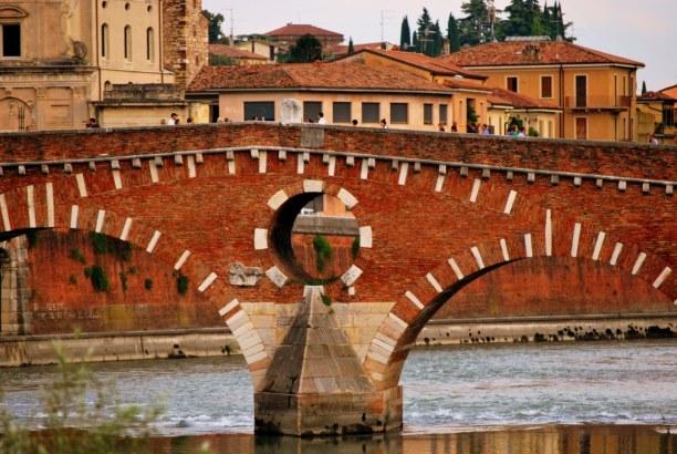 Kurzurlaub Venetien, Italien, Die Ponte Pietra führt über den Etsch und ist eines der wichtigsten