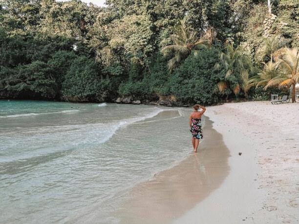 10 Tage Jamaika, Jamaika, Türkisgrünes Wasser trifft auf butterweichen, hellen Sand am Strand