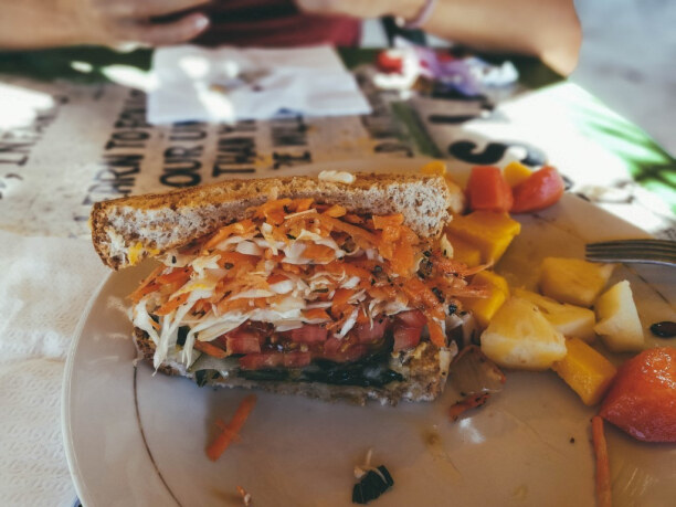 10 Tage Jamaika, Jamaika, Am 7 Mile Beach genießen wir ein Sandwich auf jamaikanische Art, gef