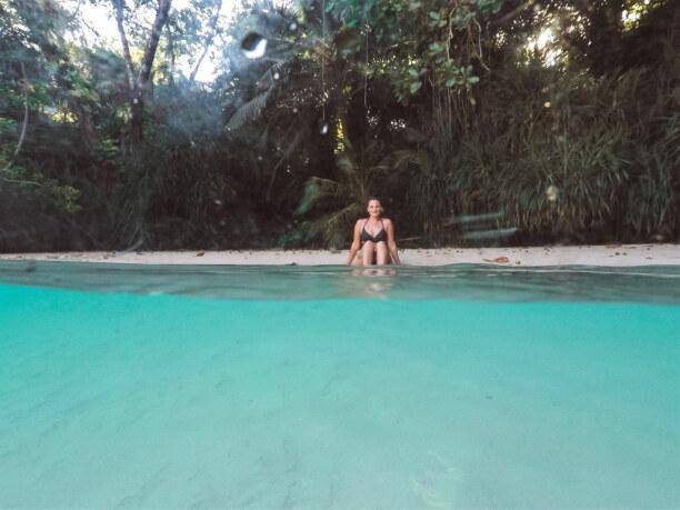 10 Tage Jamaika, Jamaika, Die Wasserfarbe des Süßwasserflusses in Frenchmans Cove ist unglaubl
