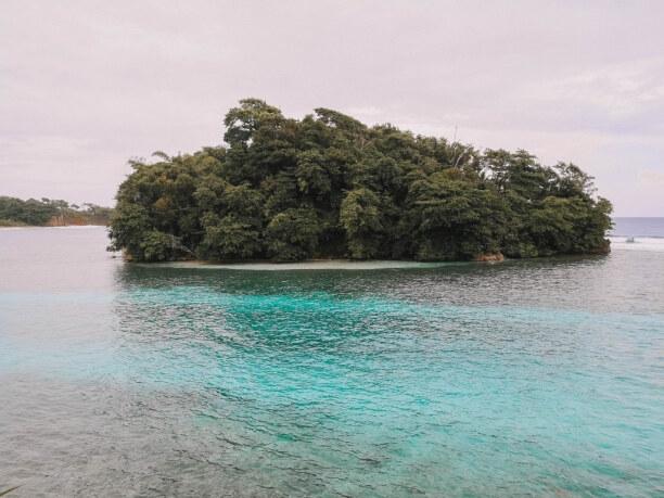 10 Tage Jamaika, Jamaika, Monkey Island von der Küste aus gesehen. De Weg mit dem Kajak ist wir