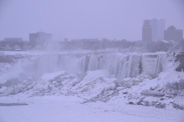 10 Tage Quebec, Kanada, Tagesausflug zu den halbgefrorenen Niagara-Fällen.