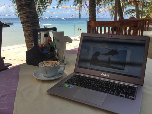 10 Tage Ko Phangan (Stadt), Koh Samui und Umgebung, Thailand, Direkt am Meer gibt es auch Cafés und Restaurants mit WLAN.