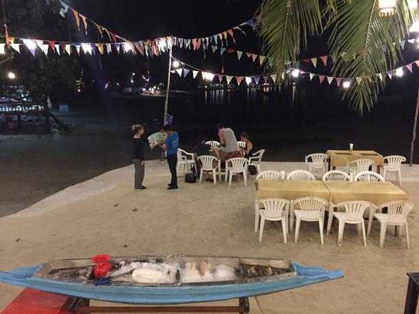 10 Tage Ko Phangan (Stadt), Koh Samui und Umgebung, Thailand, Aber auch Fleisch und Fisch vom Grill sind hier am Strand beliebt.
