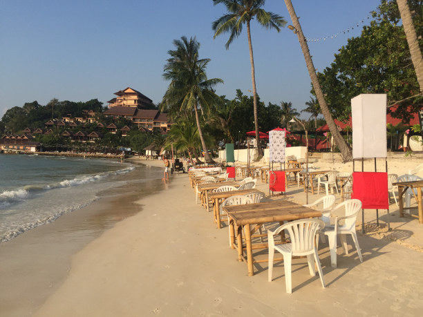 10 Tage Ko Phangan (Stadt), Koh Samui und Umgebung, Thailand, Am Abend verwandelt sich der Strand zur gemütlichen Restaurant-Zone.