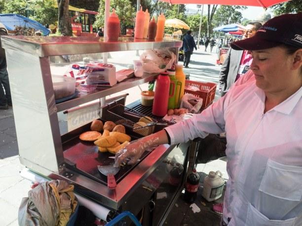 Langzeiturlaub Bogotá (Stadt), Kolumbien, Kolumbien, Frisch gemachte Arepas auf einem der Plätze in der Innenstadt