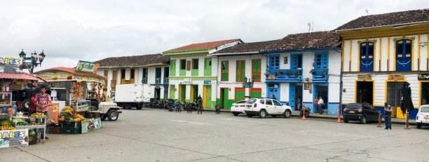 Kurztrip Filandia (Stadt), Kolumbien, Kolumbien, Bunte Häuserfronten sind das Erkennungsmerkmal der Kaffeezone