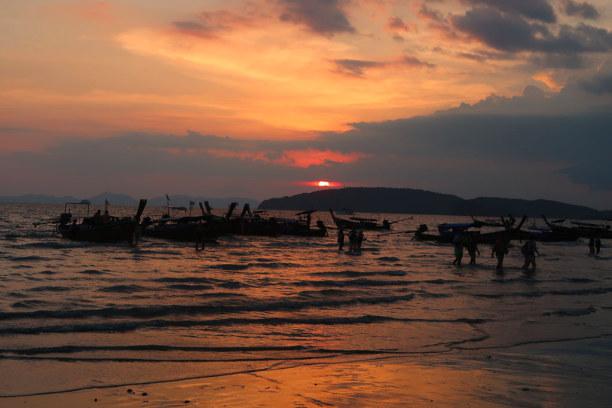Kurztrip Ao Nang Beach (Stadt), Krabi, Thailand, Sonnenuntergang am Strand von Ao Nang