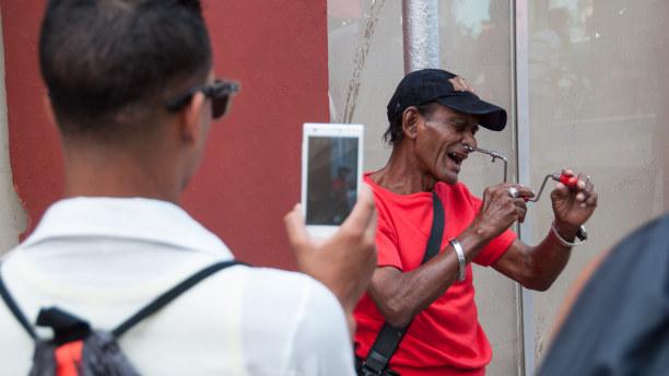 Kurzurlaub Karibische Küste / Süden, Kuba, Dafür kann man den Schaustellern zusehen und sich so die Zeit vertrei
