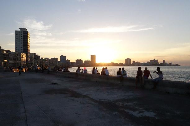 2 Wochen Kuba, Kuba, In Havanna auf dem Malecón flanieren und zusammen mit den Kubanern de