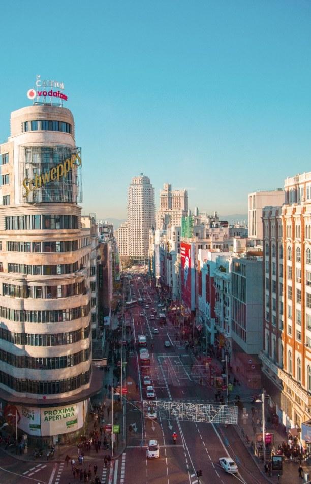 Kurzurlaub Madrid (Stadt), Madrid und Umgebung, Spanien, Die Gran Vía ist die größte Einkaufsstraße Madrids. Dort kann man