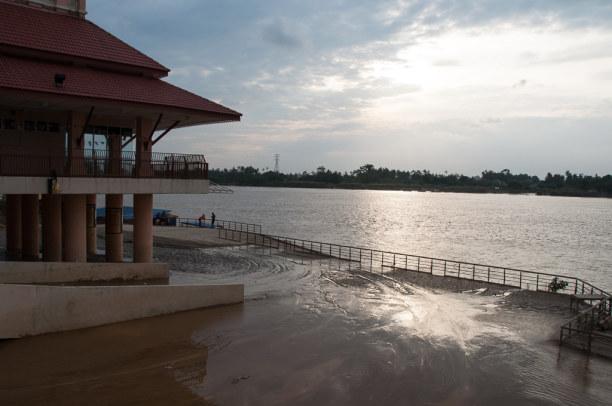 Kurztrip Kelantan, Malaysia, Am Flussufer sind die Auswirkungen der letzten Überschwemmung zu sehe