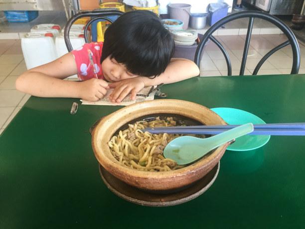 Kurztrip Kelantan, Malaysia, Hier leistet mir beim Essen eine kleine Dame Gesellschaft. :-)