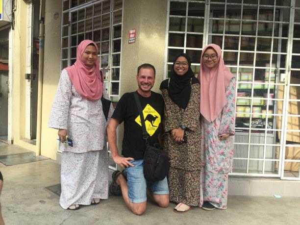 Kurzurlaub Kelantan, Malaysia, Die jungen Damen einer Schule bitten mich auf der Straße zum Intervie