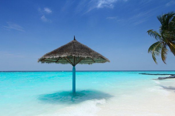 Zwei Wochen Ari Atoll, Malediven, Das türkisblaue Meer und der weiße Sand sind charakteristisch für d