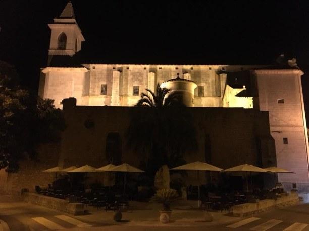 Kurzurlaub Ca's Concos (Stadt), Mallorca, Spanien, Kirche von Santanyi, davor ein schöner Marktplatz, auf dem sich versc