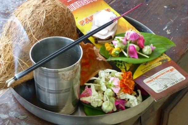 10 Tage Südküste, Mauritius, Im Hindutempel werden Opfergaben dargebracht