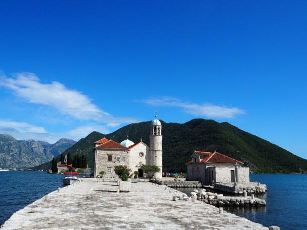 1 Woche Montenegro, Montenegro, Mit dem Boot von Perast kommt man auf die kleine Insel Our Lady of the