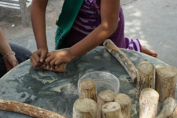 Langzeiturlaub Myanmar, Myanmar, Tanaka - Rinde vom Tanakabaum wird mit Wasser zu einer Paste vermischt