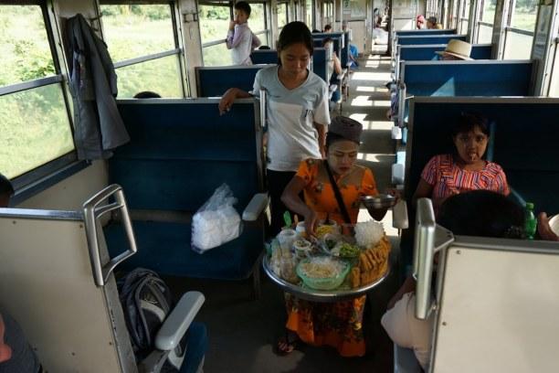 Langzeiturlaub Myanmar, Myanmar, Essenszubereitung direkt im Zug der Circle Line