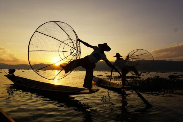 Langzeiturlaub Myanmar, Myanmar, Zwei der berühmten Einbeinruderer im Sonnenuntergang