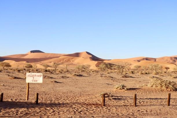 Kurzurlaub Namibia, Namibia, Am Parkplatz bei Sossusvlei angekommen lassen wir unseren Mietwagen (R
