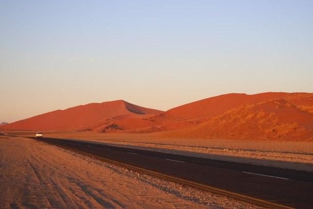 Kurztrip Namibia, Namibia, Bei Sonnenaufgang geht es vom Gate bei Sesriem knapp 60 Kilometer durc