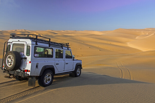 Drei Wochen Namibia, Namibia, Bei Ausflügen in das weite Sandmeer der Namibwüste ist ein Allradant