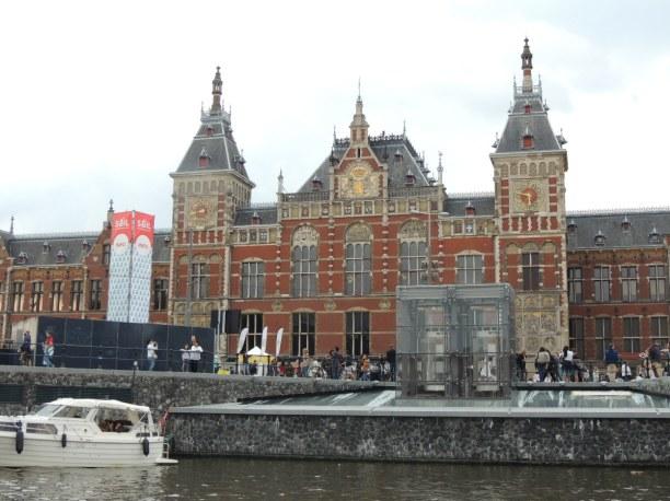 Kurztrip Amsterdam & Umgebung, Niederlande, Der Hauptbahnhof ist der Knotenpunkt der Stadt. Von hier aus kannst du