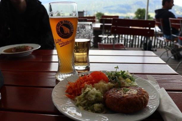 Kurzurlaub Innsbruck (Stadt), Nordtirol, Österreich, Mein Tipp für die Arzler Alm: Käspressknödel mit Salat