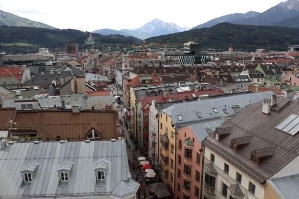 Kurztrip Innsbruck (Stadt), Nordtirol, Österreich, Ausblick vom Stadtturm über die Altstadt von Innsbruck. Im Hintergrun