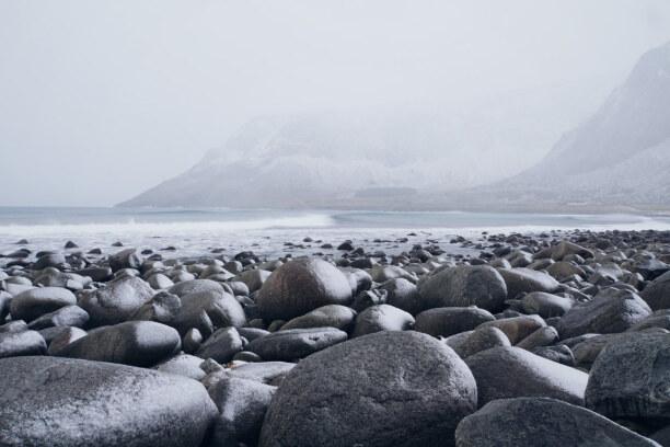 10 Tage Lofoten & Vesterålen, Norwegen, Der Strand von Unstand ist bedeckt mit großen grauen Felsbrocken, die