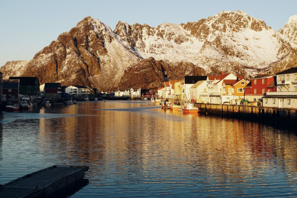 10 Tage Lofoten & Vesterålen, Norwegen, Das kleine Fischerdörchen Henningsvær liegt ganz idyllisch auf einer