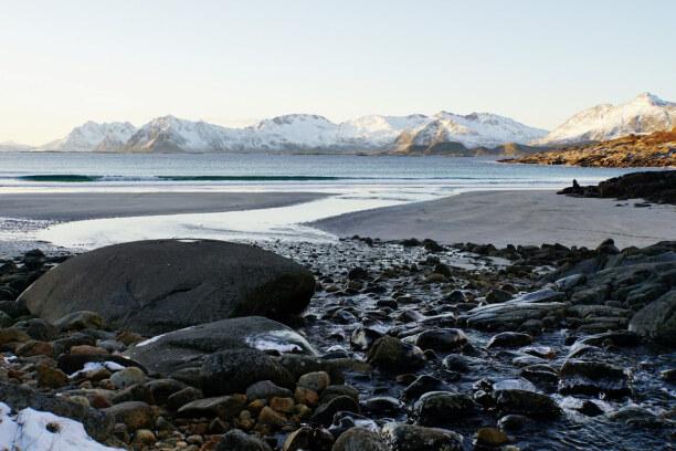 10 Tage Lofoten & Vesterålen, Norwegen, Und noch ein Strand: Berge, weißer Sand, blaues Meer und dunkle Stein