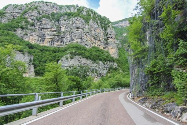 Bardolino (Stadt), Oberitalienische Seen & Gardasee, Italien, Über die kurvige Straße fahren wir von Schio nach Rovereto in Richtu