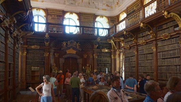 Langzeiturlaub Niederösterreich, Österreich, In einem der 12 Bibliotheksräume.